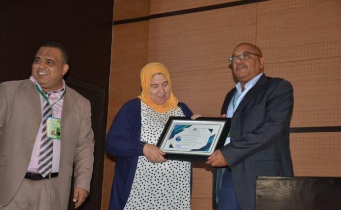 في اطار الندوة كرمت الجمعية المغربية للاعلام البيئي فعاليات  نسائية علمية وادبية