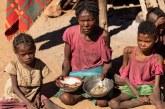 """درجات الحرارة: أول مجاعة """"كارثية"""" في العالم بسبب تغير المناخ في مدغشقر وعائلات تأكل الحشرات للبقاء"""